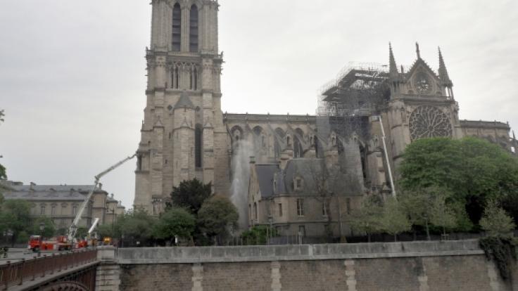 Feuerwehrleute löschen einen Brand am südlichen Seitenschiff der Kathedrale Notre-Dame (oben, Foto vom 15.04.2019) und die Kathedrale, aufgenommen am 07.03.2011. (Foto)