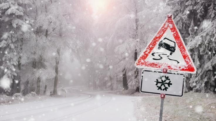 Schneefall und Glätte haben zu zahlreichen Unfällen geführt. (Foto)