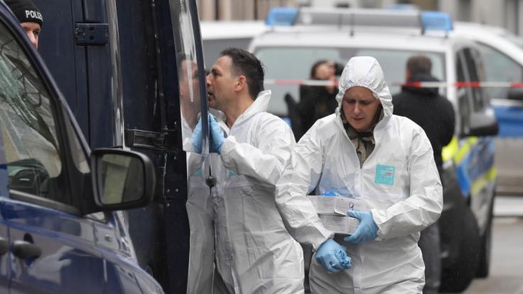 Mitarbeiter der Spurensicherung arbeiten in der Nähe von einem Tatort am Heumarkt.