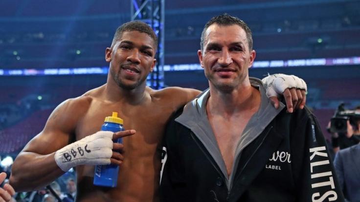 Anthony Joshua (Großbritannien) und Wladimir Klitschko (Ukraine) stehen zusammen, nach dem Kampf, im Ring. (Foto)
