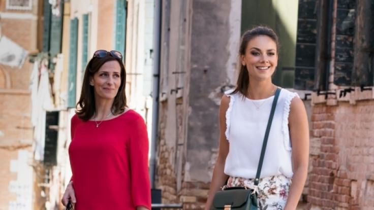 Janina Uhse (r.) gibt ihren GZSZ-Ausstieg in Venedig.