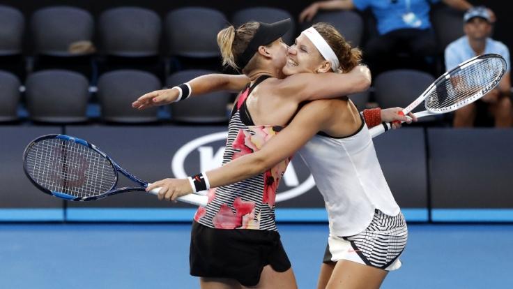 Grand Slam/WTA-Tour Australian Open, Doppel, Damen, Finale am 27.01.2017 in Melbourne. Bethanie Mattek-Sands (l.) aus den USA und Lucie Safarova aus Tschechien jubeln nach ihrem Sieg über Andrea Hlavackova und Peng Zhuai.