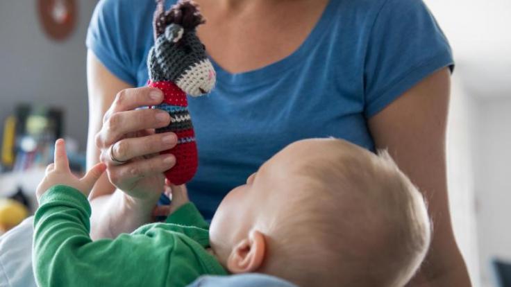 Studien zufolge verdienen Mütter weniger und werden seltener zu Vorstellungsgesprächen eingeladen als Frauen ohne Kind. Bei Vätern ist es umgekehrt. (Foto)