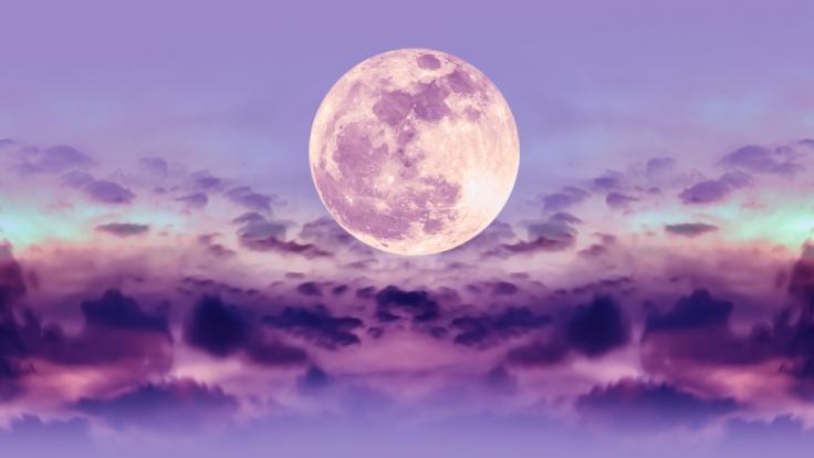 Im April können wir uns auf einen pinkfarbenen Mond freuen.
