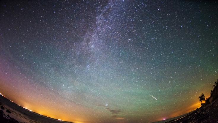 Im April flitzen wieder Sternschnuppen über den Himmel.