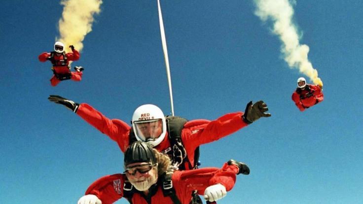 Lord Bath von Longleat bei einem Tandemsprung 2003.