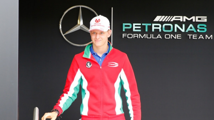 Mick Schumacher unterschreibt gerne auf Bildern seines Vaters Michael Schumacher.