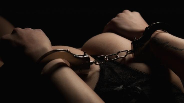 In England hat ein Mann seine Freundin mit einem Elektroschocker während des Liebesspiels gequält.