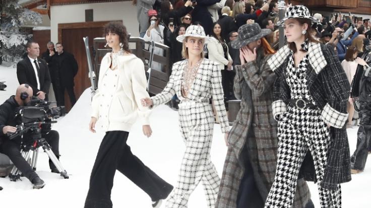 Das Model Cara Delevingne (2.v.l) und ihre Kolleginnen kämpfen bei ihrem Walk für Chanel mit den Tränen.