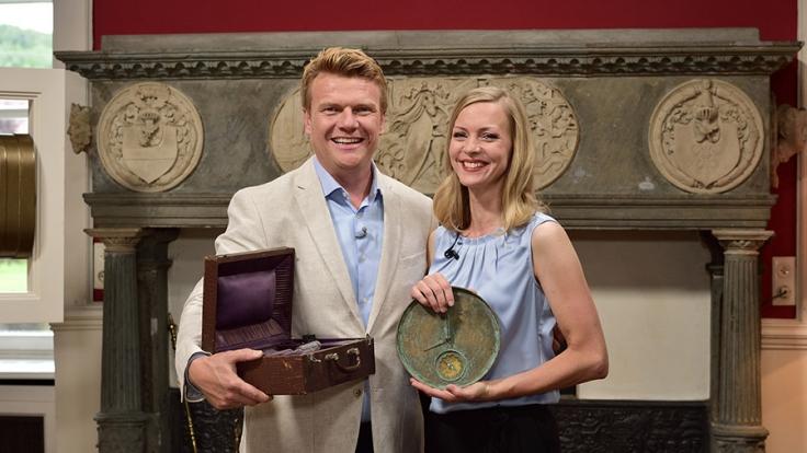 """Gemeinsam mit Expertin Elena Dippe (r.) präsentiert Bastiaan Ragas die neue ZDF-Show """"Gut geschätzt gewinnt"""". (Foto)"""