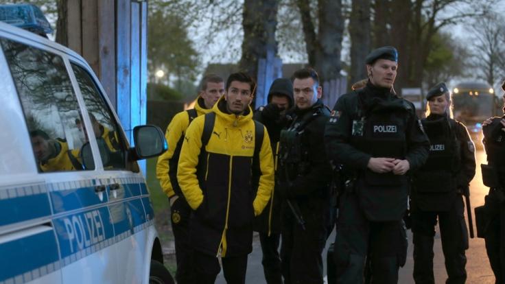 Spieler von Borussia Dortmund, darunter Sven Bender und Nuri Sahin, werden von Polizisten zum Hotel gebracht. (Foto)