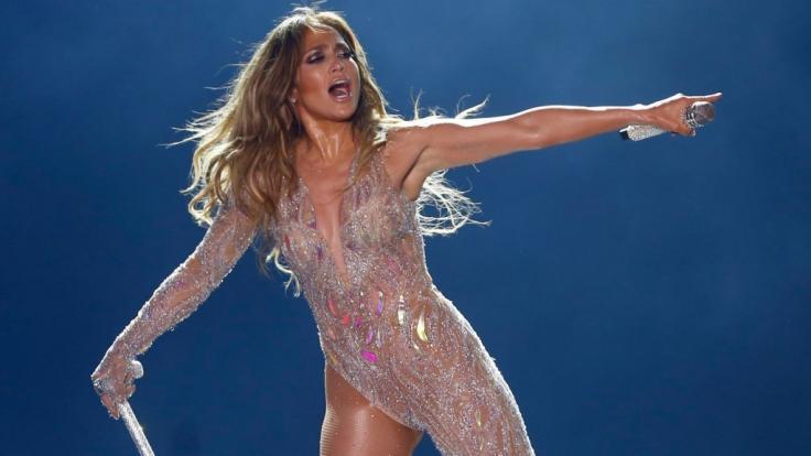 Nichts für schwache Nerven! Auf dem neuesten Instagram-Post von Jennifer Lopez können Fans die heiße Latina im königsblauem Satin-Fummel bewundern. (Foto)