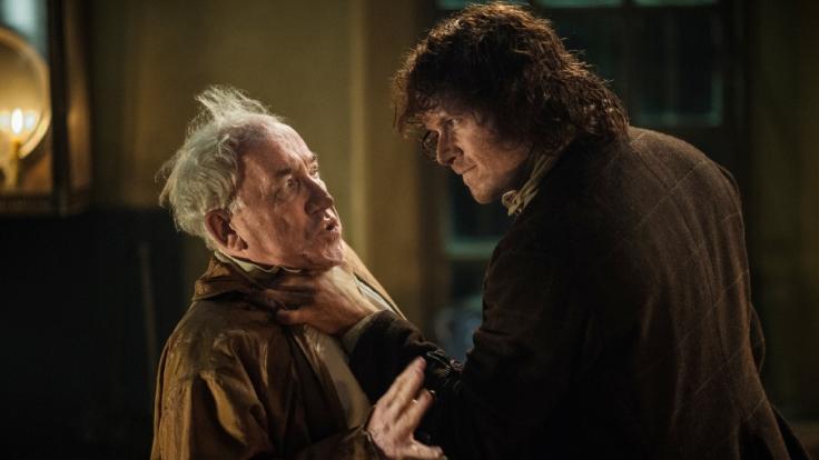 Hat Duke von Sandringham (Simon Callow, l.) Jamie Fraser (Sam Heughan) eine Falle gestellt, um ihn an die Krone ausliefern zu können? (Foto)
