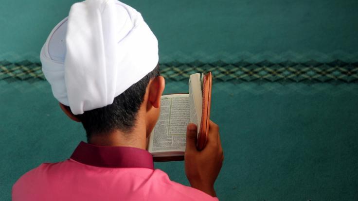 Ein Muslim liest aus dem Koran: Während des Fastenmonats Ramadan stehen Gebete im Vordergrund, auf Essen und Trinken wird dagegen verzichtet.