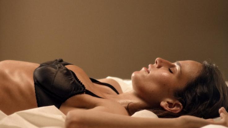 """In dem deutschen Kurzfilm """"Hotel Desire"""" lässt sichSaralisa Volm explizit verwöhnen. (Foto)"""