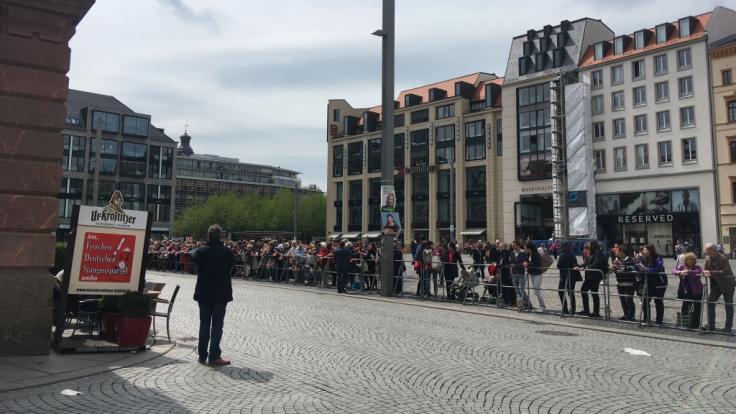 Vor dem Leipziger Rathaus füllen sich die Reihen der wartenden Royal-Fans. (Foto)