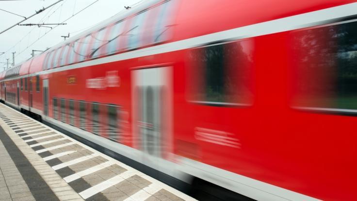 In Freiburg wird ein 16-Jähriger vom Zug erfasst und getötet. (Symbolbild) (Foto)