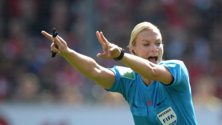 Bibiana Steinhaus steigt in die 1. Bundesliga auf. (Foto)