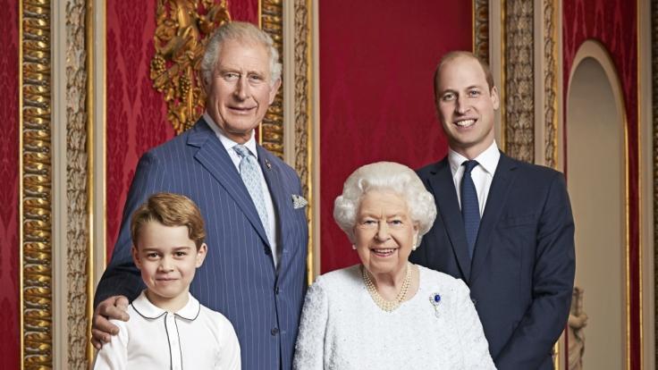 Prinz Charles (l-r, hinten), Prinz von Wales, Prinz William, Herzog von Cambridge, Prinz George (l-r, vorne) und Königen Elizabeth II. stehen nebeneinander. (Foto)