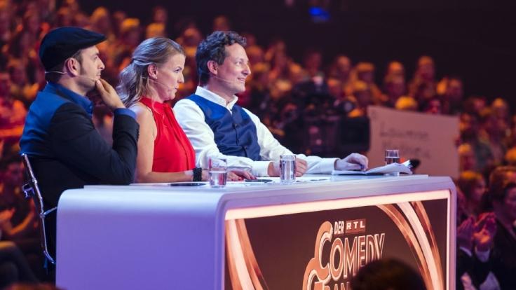 Kaya Yanar, Mirja Boes und Dr. Eckart von Hirschhausen (v.l.n.r.) sitzen in der Jury beim RTL Comedy Grand Prix 2015. (Foto)