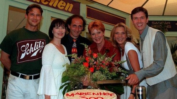 """Die """"Marienhof""""-Stars feiern die 300. Folge der ARD-Soap. Margit Geissler wirkte von 1995-1997 in der beliebten Vorabendserie mit. (Foto)"""