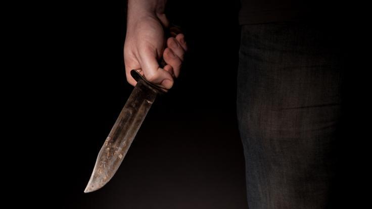 Ein Vater wurde von mehreren Angreifer niedergestochen. (Foto)
