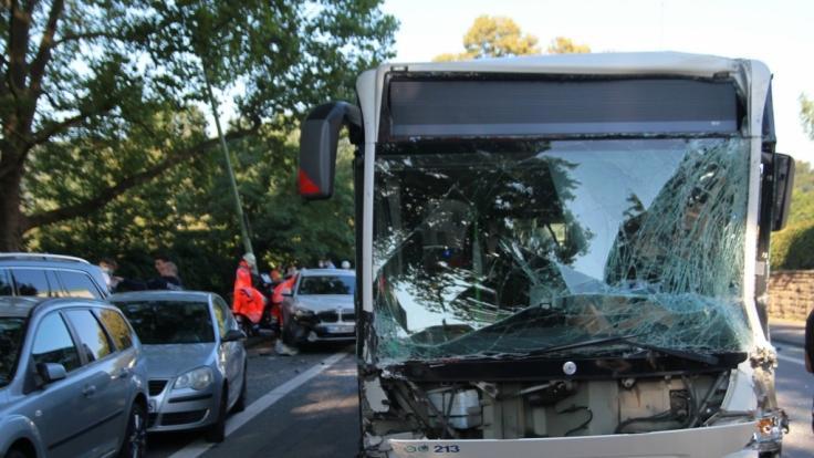 Bei dem schweren Verkehrsunfall in Hagen sind am Mittwochmorgen mindestens zwölf Menschen verletzt worden. (Foto)