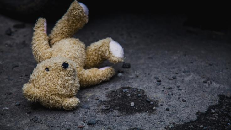 Ein kleiner Junge (3) aus den USA wurde so schwer misshandelt, dass er starb - jetzt muss sich seine Mutter wegen Mordes vor Gericht verantworten (Symbolbild).