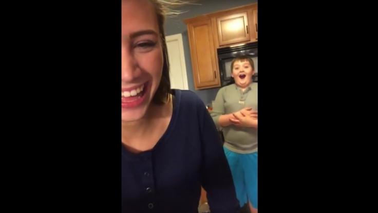 Das ist Geschwisterliebe: Sie pupst und lacht, er ist geschockt und verwirrt. (Foto)