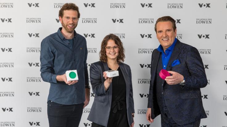Die DHDL-Gründer Dennis Krey und Carina Frings mit Investor Ralf Dümmel. (Foto)