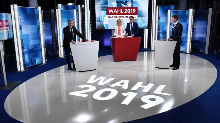 """Bodo Ramelow (l, Die Linke), Ministerpräsident von Thüringen und Mike Mohring (r), CDU-Landes- und Fraktionschef stehen sich beim """"Thüringen-Duell"""" gegenüber, dazwischen die Moderatoren Susann Reichenbach und Gunnar Breske. (Foto)"""