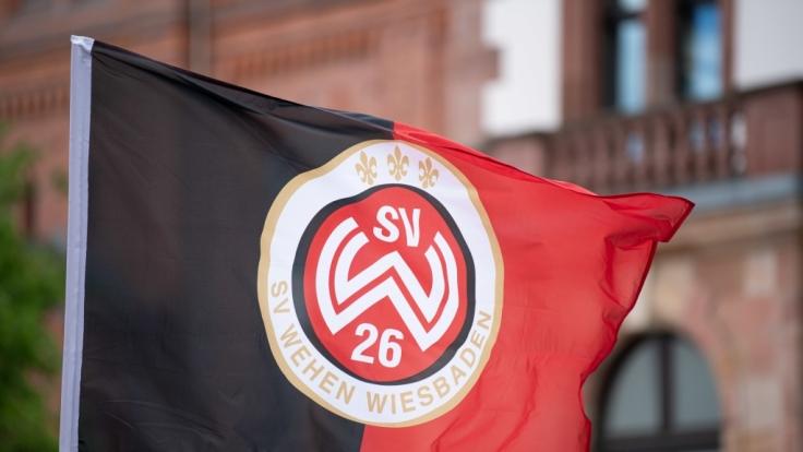 Die Fahne des SV Wehen Wiesbaden ist eines der Zeichen, mit denen sich Fans des Vereins erkennbar machen. (Symbolbild) (Foto)
