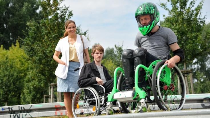 Vera Mundt (Rebecca Immanuel) will Max (Leonard Proxauf, Mitte) motivieren. (Foto)
