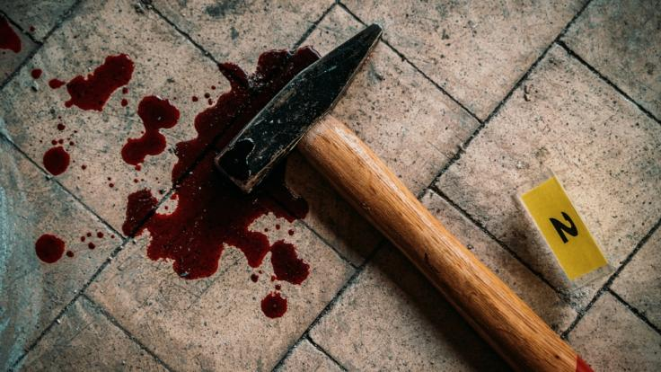 Ein 42-jähriger Familienvater löschte seine gesamte Familie mit einem Hammer aus, bevor er sich selbst das Leben nahm (Symbolbild). (Foto)