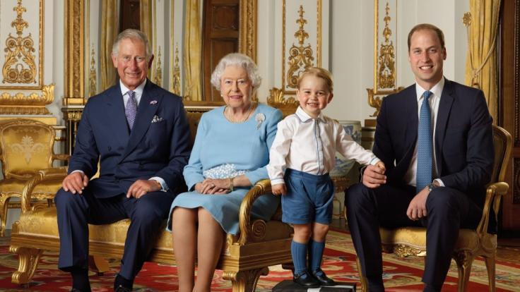 Vier royale Generationen auf einem Foto: Queen Elizabeth II. mit ihrem Sohn Prinz Charles, Enkel Prinz William und Urenkel Prinz George.