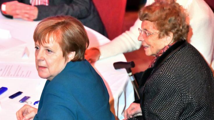 Bundeskanzlerin Angela Merkel (CDU, l) sitzt beim Neujahrsempfang der Stadt Templin neben Herlind Kasner, ihrer Mutter.