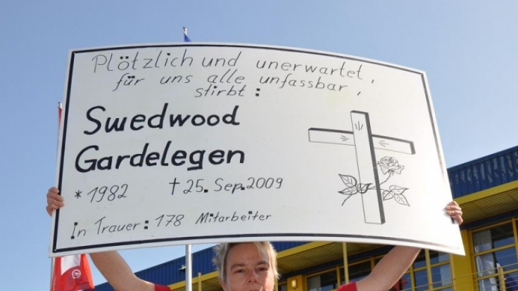 Beate Teitge demonstriert für den Erhalt der Billy-Regal-Produktion in Deutschland. (Foto)