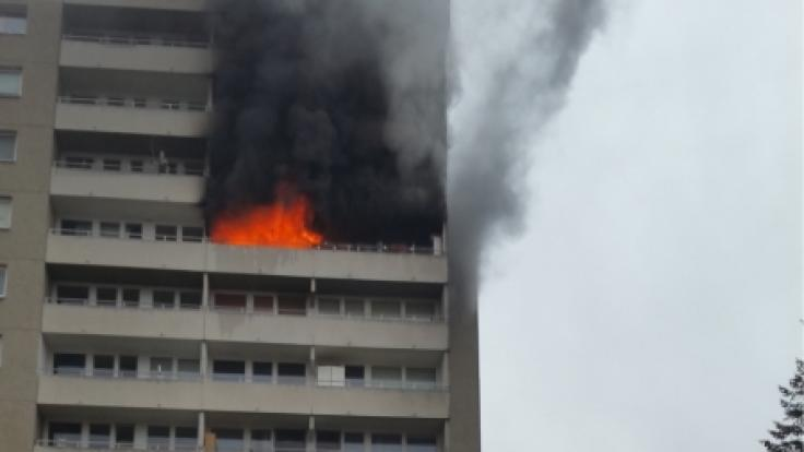 Bei einem Hochhausbrand im bayrischen Puchheim ist ein fünf Jahre altes Mädchen ums Leben gekommen.