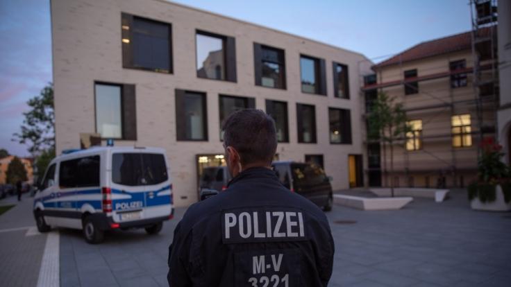 In Wismar musste das SEK ein Baby in der Ausländerbehörde befreien.