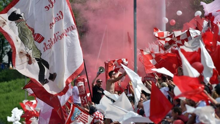 Die Fans vom FSV Zwickau feuern ihr Team mit voller Kraft an. (Symbolbild)