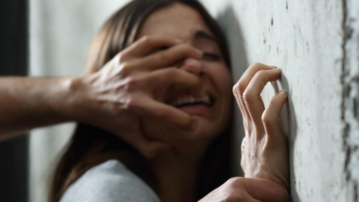In Nordindien wurde eine 20 Jahre alte Frau von fünf Männern über Stunden hinweg vergewaltigt - ihr Ehemann musste alles mitansehen (Symbolbild).