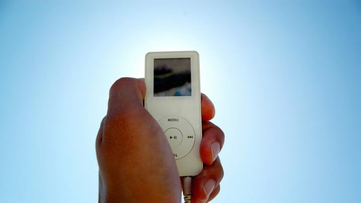 Wer einen iPod beim Fahren eines Kfz benutzt, macht sich nicht strafbar - das hat ein Gericht entschieden. (Foto)