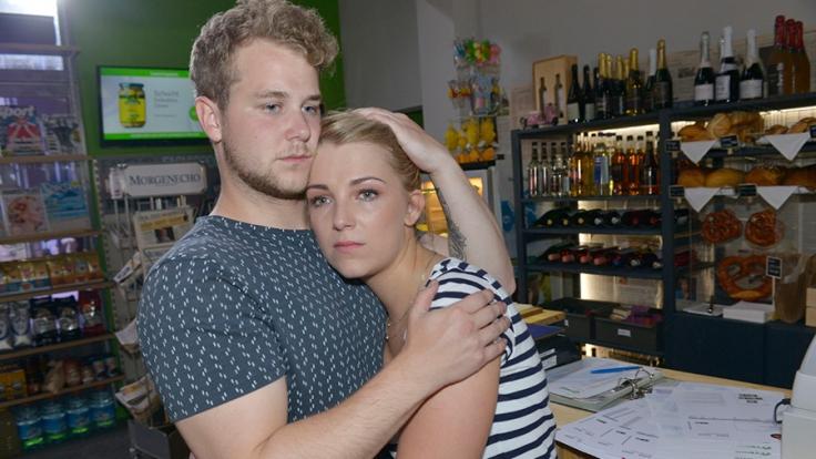 Lilly (Iris Mareike Steen) sucht nach der Trennung von Tuner Trost bei Jonas (Felix van Deventer). (Foto)