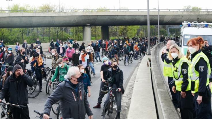 Auf Fahrrädern nehmen Demonstranten an einer Protestaktion der Initiative MyGruni teil und fahren über die Stadtautobahn A100. Die Fahrraddemo kam kurzzeitig zum stoppen und einige Teilnehmer lieferten sich Wortgefechte mit der Polizei. (Foto)