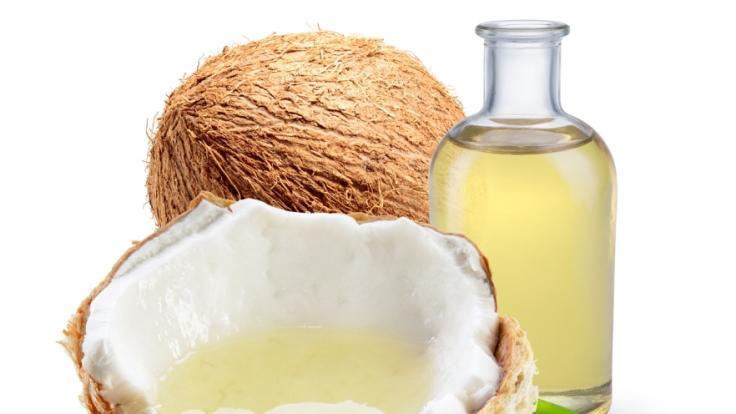Kokosöl wird aus dem Kopra, dem weißen Fruchtfleisch der Kokosnuss, gewonnen.