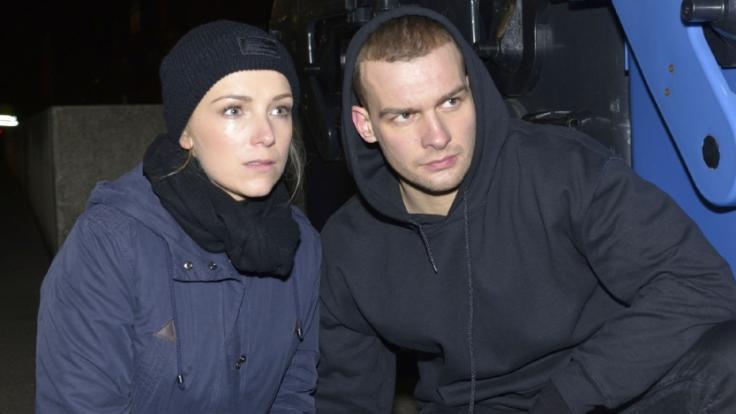 Lilly (Iris Mareike Steen) und Chris (Eric Stehfest) sind zur Helplet-Zentrale gefahren.