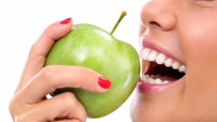 Äpfel hellen natürlich die Zähne auf.