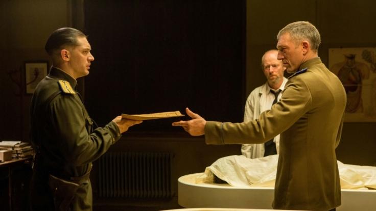 Tom Hardy (links) übernimmt im Film die Rolle des sowjetischen Geheimpolizisten Leo Demidow.