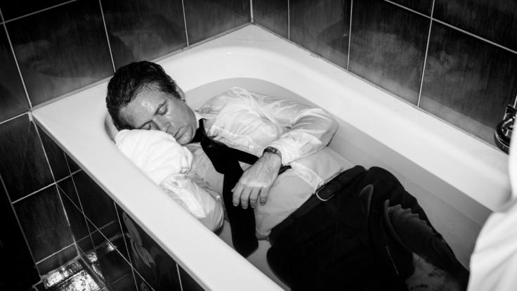 Ein bis heute unvergessenes Bild: Uwe Barschel (Matthias Matschke) tot in der Badewanne des Genfer Hotels
