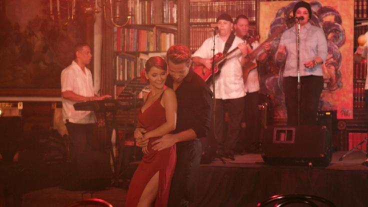 Kattia und Sebastian verbringen ihr Einzeldate in einer Bar des kubanischen Viertels in Miami. (Foto)